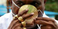Богаташ се пази от коронавирус с маска от злато за 4000 долара